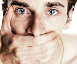Человек закрыл рот рукой